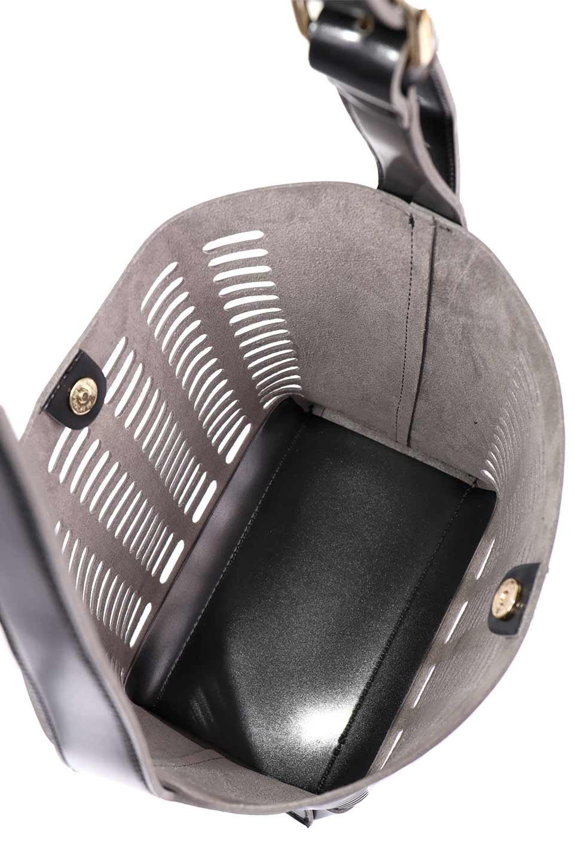 meliebiancoのMercer(Black)ポーチ付きパテントショルダーバッグ/海外ファッション好きにオススメのインポートバッグとかばん、MelieBianco(メリービアンコ)のバッグやショルダーバッグ。艶やかなパテントビーガンレザーを使用したショルダーバッグ。艶とメッシュの涼しげなバッグです。/main-12