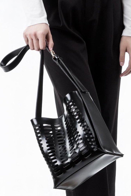 meliebiancoのMercer(Black)ポーチ付きパテントショルダーバッグ/海外ファッション好きにオススメのインポートバッグとかばん、MelieBianco(メリービアンコ)のバッグやショルダーバッグ。艶やかなパテントビーガンレザーを使用したショルダーバッグ。艶とメッシュの涼しげなバッグです。/main-5