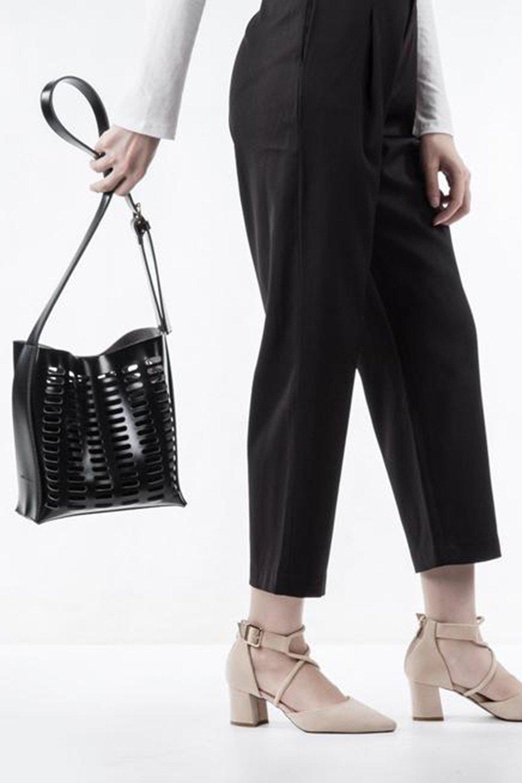 meliebiancoのMercer(Black)ポーチ付きパテントショルダーバッグ/海外ファッション好きにオススメのインポートバッグとかばん、MelieBianco(メリービアンコ)のバッグやショルダーバッグ。艶やかなパテントビーガンレザーを使用したショルダーバッグ。艶とメッシュの涼しげなバッグです。/main-6