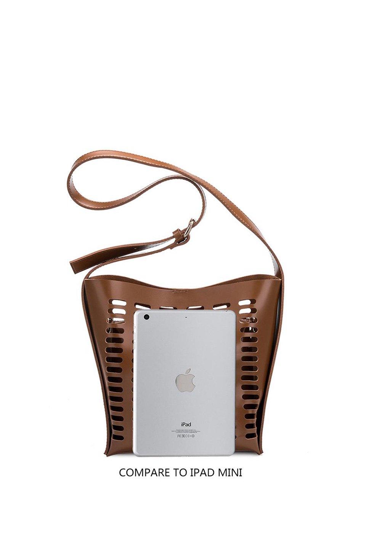 meliebiancoのMercer(Black)ポーチ付きパテントショルダーバッグ/海外ファッション好きにオススメのインポートバッグとかばん、MelieBianco(メリービアンコ)のバッグやショルダーバッグ。艶やかなパテントビーガンレザーを使用したショルダーバッグ。艶とメッシュの涼しげなバッグです。/main-7