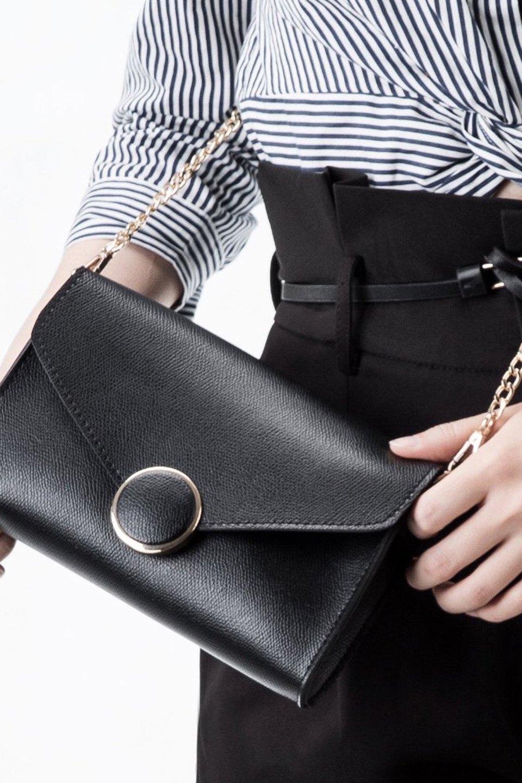 meliebiancoのElsa(Black)2WAYショルダーバッグ/海外ファッション好きにオススメのインポートバッグとかばん、MelieBianco(メリービアンコ)のバッグやショルダーバッグ。ストラップを取り外してクラッチバッグにもなる2WAYショルダーバッグ。スマホと流行のミニ財布でお出かけするときにピッタリなショルダーバッグです。/main-5