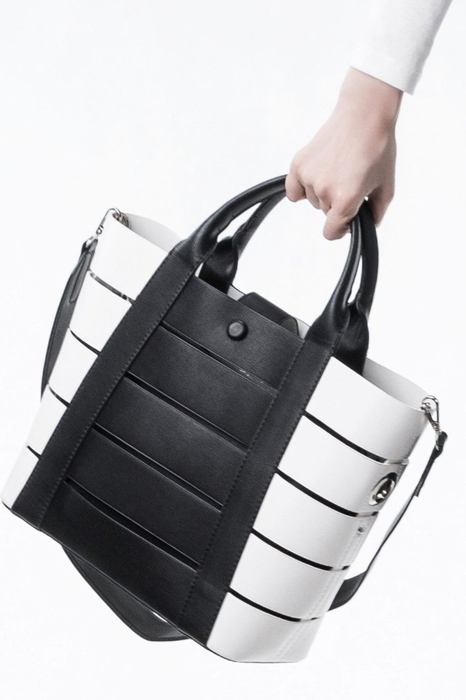 meliebiancoのCamille(Black)ポーチ付き・バイカラートートバッグ/海外ファッション好きにオススメのインポートバッグとかばん、MelieBianco(メリービアンコ)のバッグやトートバッグ。便利なインナーバッグが付いた涼しげなトートバッグ。ボーダー柄にも見えるシースルーのデザインがとても可愛いバッグです。/main-5