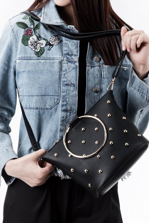 meliebiancoのMakenzie(Black)ラウンドスタッズ付・リングハンドバッグ/海外ファッション好きにオススメのインポートバッグとかばん、MelieBianco(メリービアンコ)のバッグやハンドバッグ。大きめのラウンドスタッズが可愛いリングバッグ。小ぶりなサイズ感にゴールドのリングハンドルが可愛いバッグです。/main-6