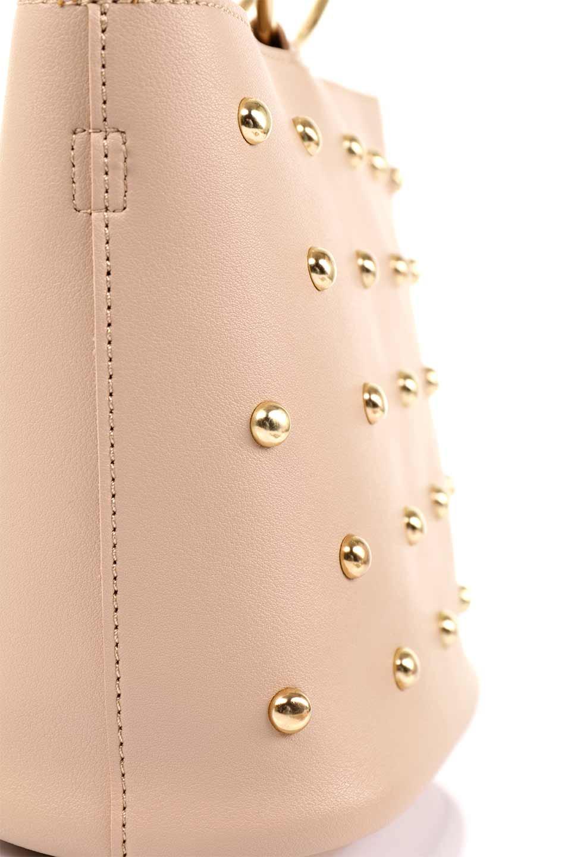 meliebiancoのMakenzie(Nude)ラウンドスタッズ付・リングハンドバッグ/海外ファッション好きにオススメのインポートバッグとかばん、MelieBianco(メリービアンコ)のバッグやハンドバッグ。大きめのラウンドスタッズが可愛いリングバッグ。小ぶりなサイズ感にゴールドのリングハンドルが可愛いバッグです。/main-10