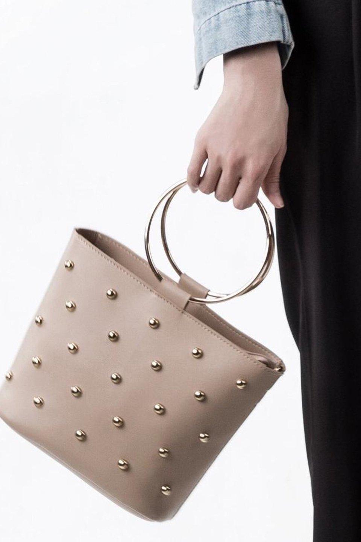 meliebiancoのMakenzie(Nude)ラウンドスタッズ付・リングハンドバッグ/海外ファッション好きにオススメのインポートバッグとかばん、MelieBianco(メリービアンコ)のバッグやハンドバッグ。大きめのラウンドスタッズが可愛いリングバッグ。小ぶりなサイズ感にゴールドのリングハンドルが可愛いバッグです。/main-6
