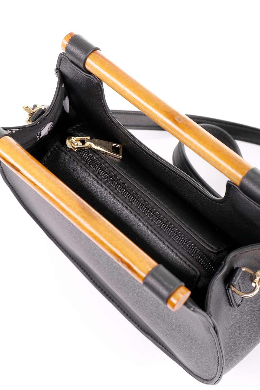 meliebiancoのIrene(Black)ウッドハンドル・ラウンドバッグ/海外ファッション好きにオススメのインポートバッグとかばん、MelieBianco(メリービアンコ)のバッグやハンドバッグ。木製の持ち手がシックで可愛いショルダータイプのラウンドバッグ。小ぶりに見えますがマチ幅もあり見た目以上の収納力があります。/main-12