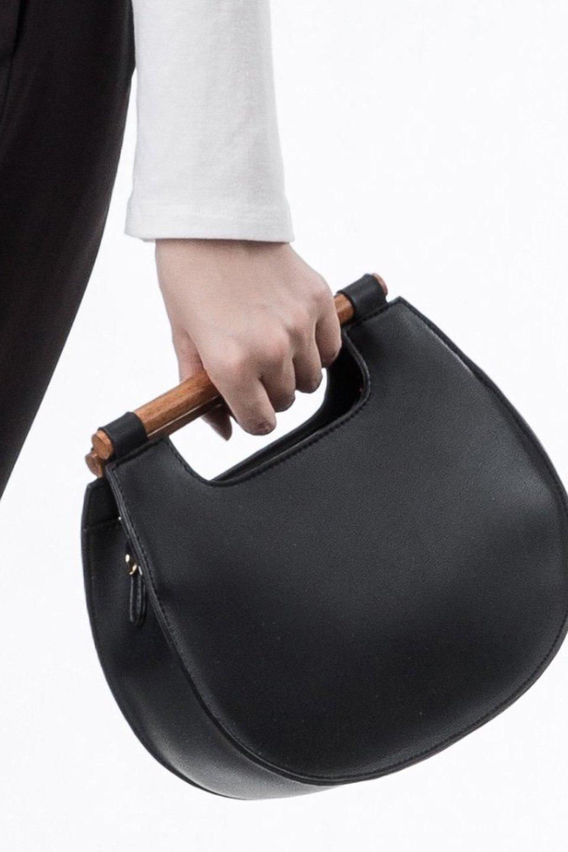 meliebiancoのIrene(Black)ウッドハンドル・ラウンドバッグ/海外ファッション好きにオススメのインポートバッグとかばん、MelieBianco(メリービアンコ)のバッグやハンドバッグ。木製の持ち手がシックで可愛いショルダータイプのラウンドバッグ。小ぶりに見えますがマチ幅もあり見た目以上の収納力があります。/main-5