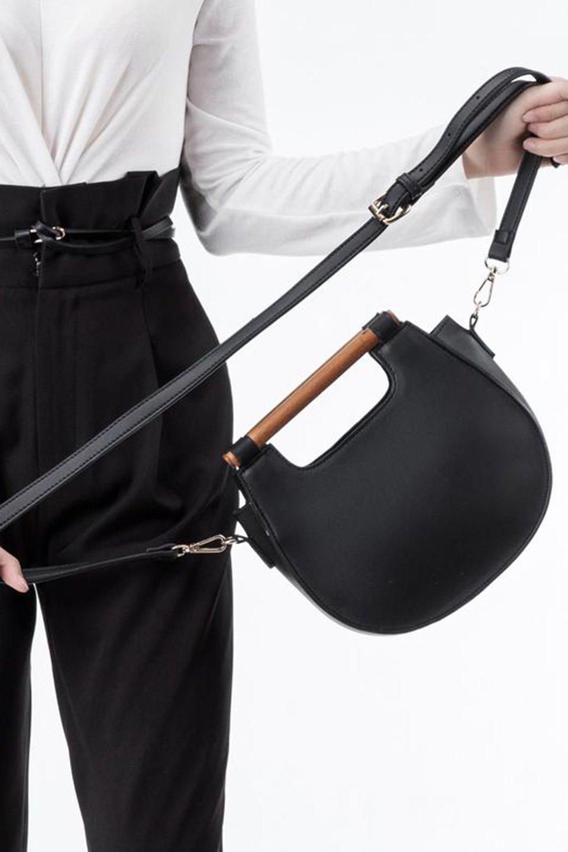 meliebiancoのIrene(Black)ウッドハンドル・ラウンドバッグ/海外ファッション好きにオススメのインポートバッグとかばん、MelieBianco(メリービアンコ)のバッグやハンドバッグ。木製の持ち手がシックで可愛いショルダータイプのラウンドバッグ。小ぶりに見えますがマチ幅もあり見た目以上の収納力があります。/main-7