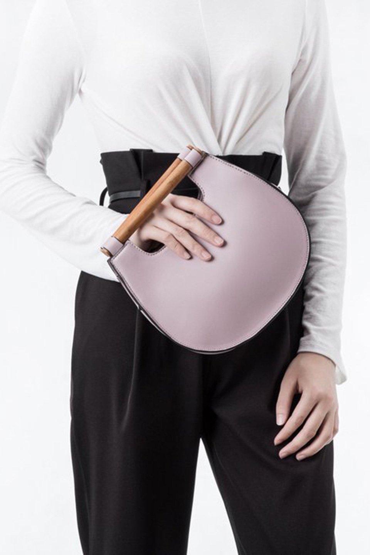 meliebiancoのIrene(Lavender)ウッドハンドル・ラウンドバッグ/海外ファッション好きにオススメのインポートバッグとかばん、MelieBianco(メリービアンコ)のバッグやハンドバッグ。木製の持ち手がシックで可愛いショルダータイプのラウンドバッグ。小ぶりに見えますがマチ幅もあり見た目以上の収納力があります。/main-6