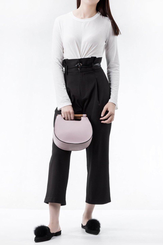 meliebiancoのIrene(Lavender)ウッドハンドル・ラウンドバッグ/海外ファッション好きにオススメのインポートバッグとかばん、MelieBianco(メリービアンコ)のバッグやハンドバッグ。木製の持ち手がシックで可愛いショルダータイプのラウンドバッグ。小ぶりに見えますがマチ幅もあり見た目以上の収納力があります。/main-7