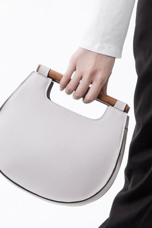 meliebiancoのIrene(Bone)ウッドハンドル・ラウンドバッグ/海外ファッション好きにオススメのインポートバッグとかばん、MelieBianco(メリービアンコ)のバッグやハンドバッグ。木製の持ち手がシックで可愛いショルダータイプのラウンドバッグ。小ぶりに見えますがマチ幅もあり見た目以上の収納力があります。/main-5