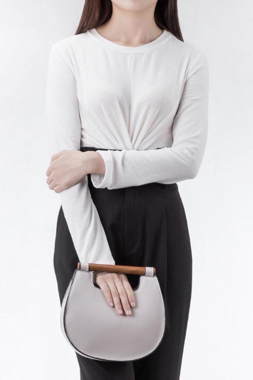 meliebiancoのIrene(Bone)ウッドハンドル・ラウンドバッグ/海外ファッション好きにオススメのインポートバッグとかばん、MelieBianco(メリービアンコ)のバッグやハンドバッグ。木製の持ち手がシックで可愛いショルダータイプのラウンドバッグ。小ぶりに見えますがマチ幅もあり見た目以上の収納力があります。/main-6