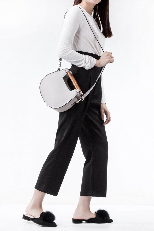 meliebiancoのIrene(Bone)ウッドハンドル・ラウンドバッグ/海外ファッション好きにオススメのインポートバッグとかばん、MelieBianco(メリービアンコ)のバッグやハンドバッグ。木製の持ち手がシックで可愛いショルダータイプのラウンドバッグ。小ぶりに見えますがマチ幅もあり見た目以上の収納力があります。/main-7