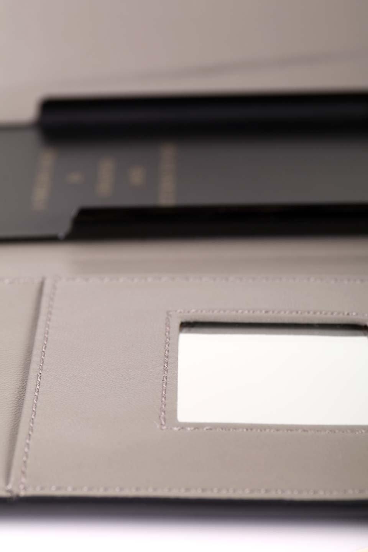STARRYのSimple+(Black)//foriPhoneX,8,7,6s,6/iPhoneケースのレディースブランド、STARRY(スターリー)のテックアクセサリーや。モダンなデザインで大人っぽさを感じるiPhoneケース。ブラックは艶やかなエコレザーを、カーキはシックなベロア調の素材を使用しています。/main-15