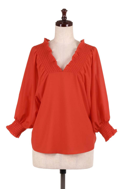 ShirredVNeckBalloonSleeveblouseバルーンスリーブブラウス大人カジュアルに最適な海外ファッションのothers(その他インポートアイテム)のトップスやシャツ・ブラウス。ドルマン風のゆったりとした袖が特徴の春ブラウス。背中から胸にかけてのシャーリングで動きやすいアイテムです。/main-10
