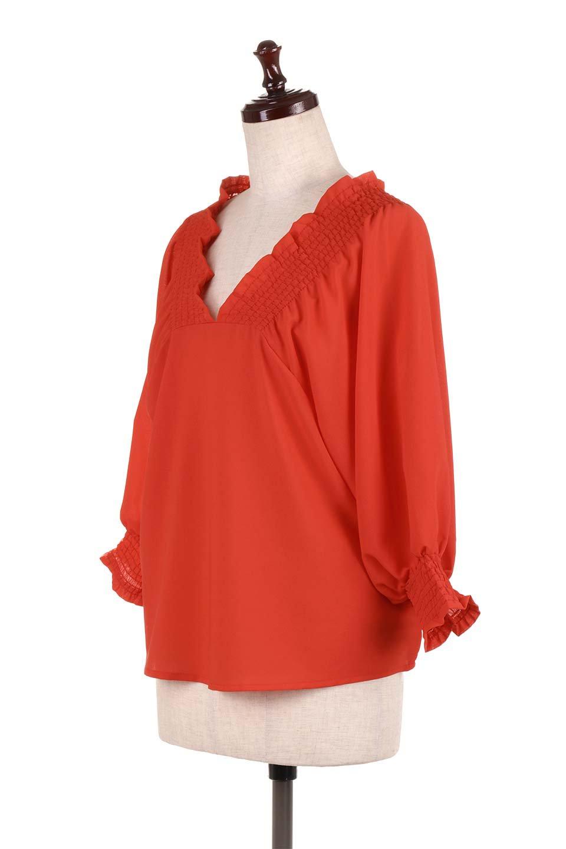 ShirredVNeckBalloonSleeveblouseバルーンスリーブブラウス大人カジュアルに最適な海外ファッションのothers(その他インポートアイテム)のトップスやシャツ・ブラウス。ドルマン風のゆったりとした袖が特徴の春ブラウス。背中から胸にかけてのシャーリングで動きやすいアイテムです。/main-11