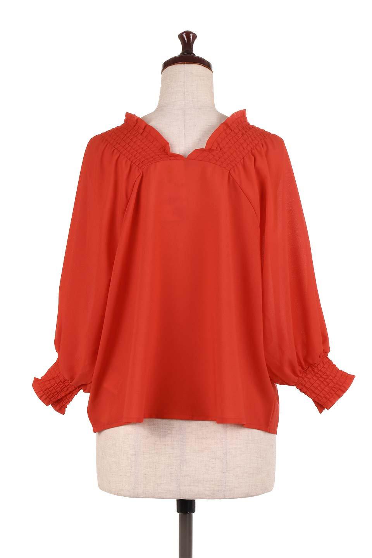 ShirredVNeckBalloonSleeveblouseバルーンスリーブブラウス大人カジュアルに最適な海外ファッションのothers(その他インポートアイテム)のトップスやシャツ・ブラウス。ドルマン風のゆったりとした袖が特徴の春ブラウス。背中から胸にかけてのシャーリングで動きやすいアイテムです。/main-14