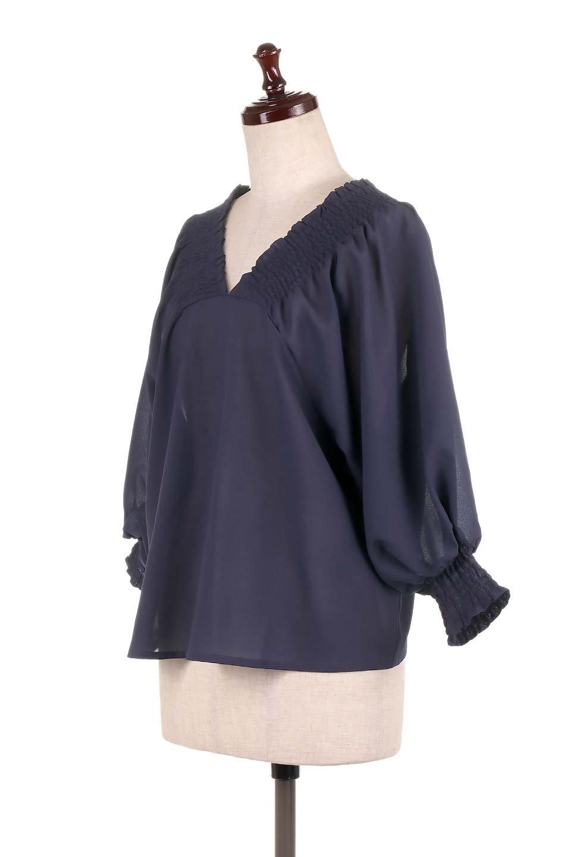 ShirredVNeckBalloonSleeveblouseバルーンスリーブブラウス大人カジュアルに最適な海外ファッションのothers(その他インポートアイテム)のトップスやシャツ・ブラウス。ドルマン風のゆったりとした袖が特徴の春ブラウス。背中から胸にかけてのシャーリングで動きやすいアイテムです。/main-16