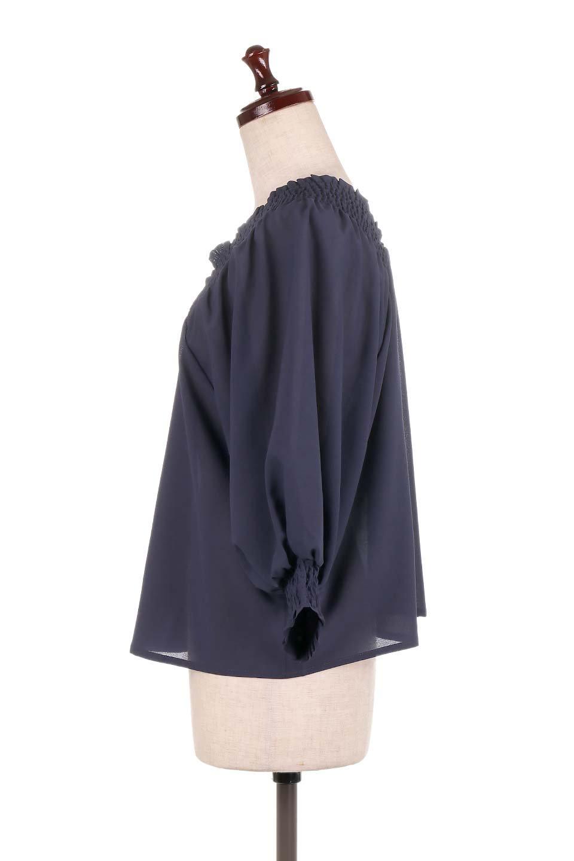 ShirredVNeckBalloonSleeveblouseバルーンスリーブブラウス大人カジュアルに最適な海外ファッションのothers(その他インポートアイテム)のトップスやシャツ・ブラウス。ドルマン風のゆったりとした袖が特徴の春ブラウス。背中から胸にかけてのシャーリングで動きやすいアイテムです。/main-17