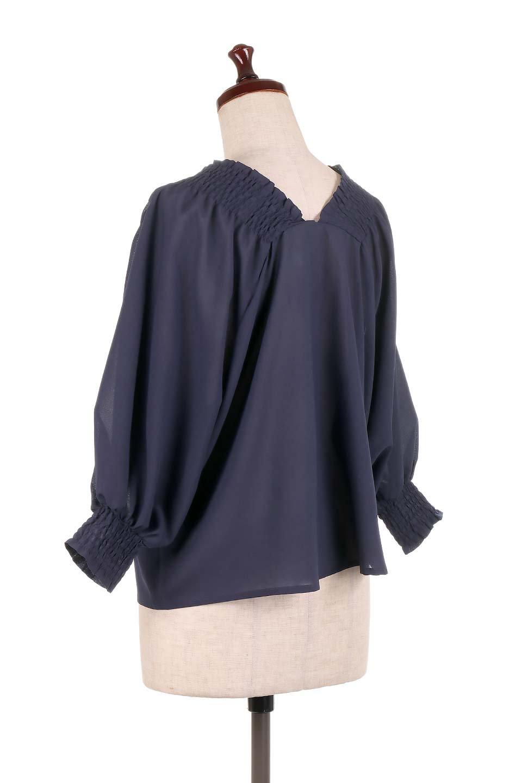 ShirredVNeckBalloonSleeveblouseバルーンスリーブブラウス大人カジュアルに最適な海外ファッションのothers(その他インポートアイテム)のトップスやシャツ・ブラウス。ドルマン風のゆったりとした袖が特徴の春ブラウス。背中から胸にかけてのシャーリングで動きやすいアイテムです。/main-18