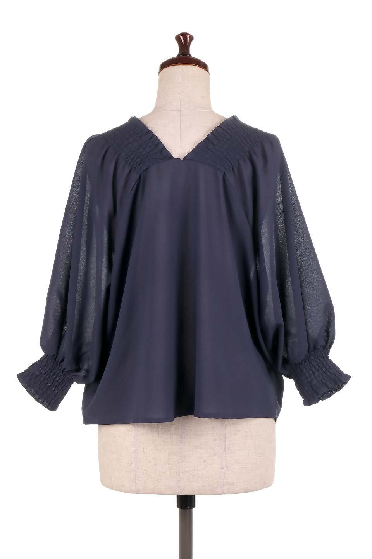 ShirredVNeckBalloonSleeveblouseバルーンスリーブブラウス大人カジュアルに最適な海外ファッションのothers(その他インポートアイテム)のトップスやシャツ・ブラウス。ドルマン風のゆったりとした袖が特徴の春ブラウス。背中から胸にかけてのシャーリングで動きやすいアイテムです。/main-19