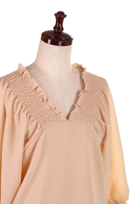 ShirredVNeckBalloonSleeveblouseバルーンスリーブブラウス大人カジュアルに最適な海外ファッションのothers(その他インポートアイテム)のトップスやシャツ・ブラウス。ドルマン風のゆったりとした袖が特徴の春ブラウス。背中から胸にかけてのシャーリングで動きやすいアイテムです。/main-20
