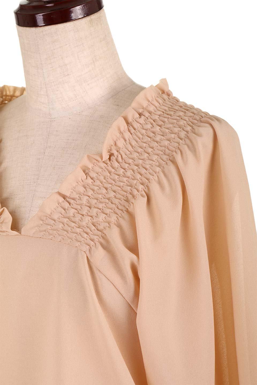 ShirredVNeckBalloonSleeveblouseバルーンスリーブブラウス大人カジュアルに最適な海外ファッションのothers(その他インポートアイテム)のトップスやシャツ・ブラウス。ドルマン風のゆったりとした袖が特徴の春ブラウス。背中から胸にかけてのシャーリングで動きやすいアイテムです。/main-21