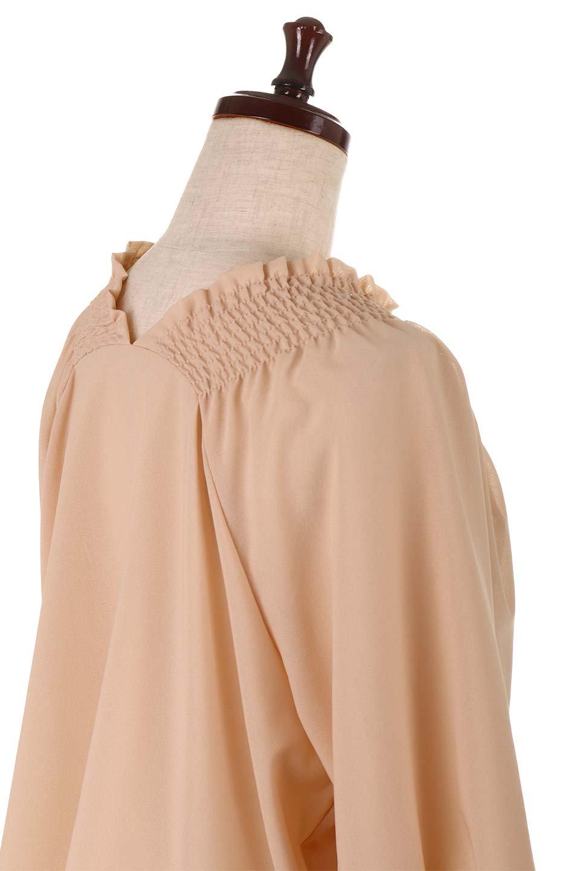 ShirredVNeckBalloonSleeveblouseバルーンスリーブブラウス大人カジュアルに最適な海外ファッションのothers(その他インポートアイテム)のトップスやシャツ・ブラウス。ドルマン風のゆったりとした袖が特徴の春ブラウス。背中から胸にかけてのシャーリングで動きやすいアイテムです。/main-22