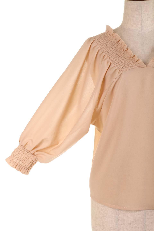 ShirredVNeckBalloonSleeveblouseバルーンスリーブブラウス大人カジュアルに最適な海外ファッションのothers(その他インポートアイテム)のトップスやシャツ・ブラウス。ドルマン風のゆったりとした袖が特徴の春ブラウス。背中から胸にかけてのシャーリングで動きやすいアイテムです。/main-23