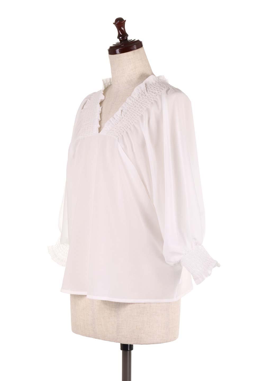 ShirredVNeckBalloonSleeveblouseバルーンスリーブブラウス大人カジュアルに最適な海外ファッションのothers(その他インポートアイテム)のトップスやシャツ・ブラウス。ドルマン風のゆったりとした袖が特徴の春ブラウス。背中から胸にかけてのシャーリングで動きやすいアイテムです。/main-6
