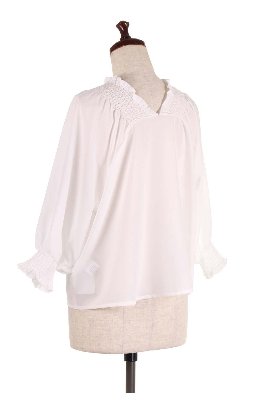 ShirredVNeckBalloonSleeveblouseバルーンスリーブブラウス大人カジュアルに最適な海外ファッションのothers(その他インポートアイテム)のトップスやシャツ・ブラウス。ドルマン風のゆったりとした袖が特徴の春ブラウス。背中から胸にかけてのシャーリングで動きやすいアイテムです。/main-8