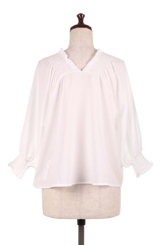 ShirredVNeckBalloonSleeveblouseバルーンスリーブブラウス大人カジュアルに最適な海外ファッションのothers(その他インポートアイテム)のトップスやシャツ・ブラウス。ドルマン風のゆったりとした袖が特徴の春ブラウス。背中から胸にかけてのシャーリングで動きやすいアイテムです。/main-9