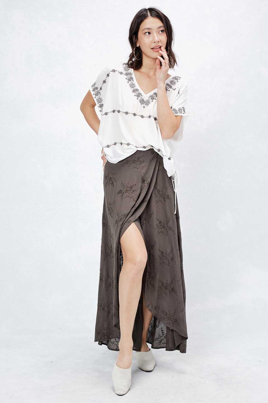 LOVESTITCHのZadieWrapSkirt総刺繍・マキシラップスカート/海外ファッションが好きな大人カジュアルのためのLOVESTITCH(ラブステッチ)のボトムやスカート。大人の夏コーデで活躍しそうなマキシ丈のラップスカート。控え目ながら全体に入った刺繍が「ちょっと高そう」感を匂わせます。/main-5