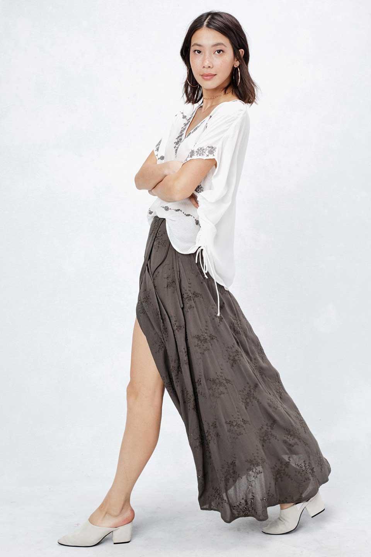 LOVESTITCHのZadieWrapSkirt総刺繍・マキシラップスカート/海外ファッションが好きな大人カジュアルのためのLOVESTITCH(ラブステッチ)のボトムやスカート。大人の夏コーデで活躍しそうなマキシ丈のラップスカート。控え目ながら全体に入った刺繍が「ちょっと高そう」感を匂わせます。/main-6