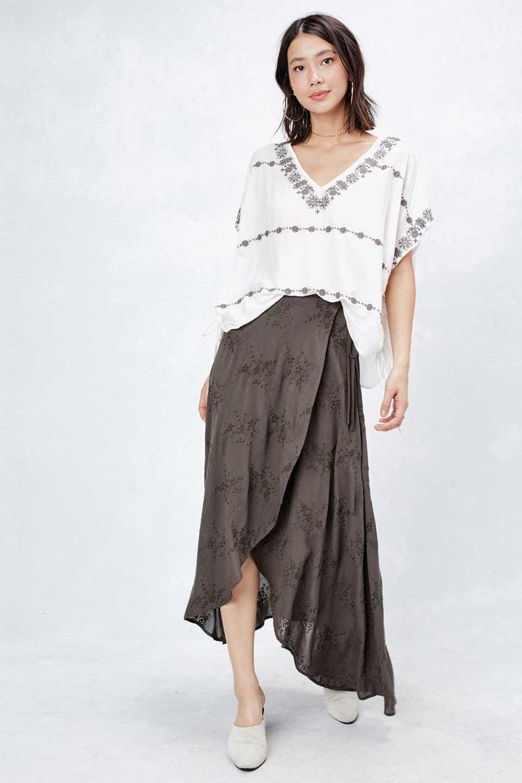 LOVESTITCHのZadieWrapSkirt総刺繍・マキシラップスカート/海外ファッションが好きな大人カジュアルのためのLOVESTITCH(ラブステッチ)のボトムやスカート。大人の夏コーデで活躍しそうなマキシ丈のラップスカート。控え目ながら全体に入った刺繍が「ちょっと高そう」感を匂わせます。/main-7