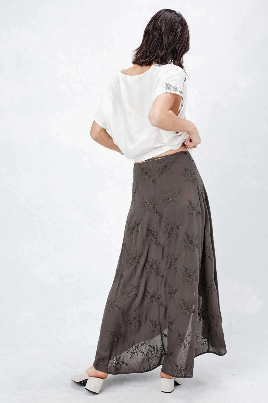 LOVESTITCHのZadieWrapSkirt総刺繍・マキシラップスカート/海外ファッションが好きな大人カジュアルのためのLOVESTITCH(ラブステッチ)のボトムやスカート。大人の夏コーデで活躍しそうなマキシ丈のラップスカート。控え目ながら全体に入った刺繍が「ちょっと高そう」感を匂わせます。/main-8