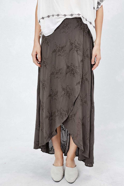 LOVESTITCHのZadieWrapSkirt総刺繍・マキシラップスカート/海外ファッションが好きな大人カジュアルのためのLOVESTITCH(ラブステッチ)のボトムやスカート。大人の夏コーデで活躍しそうなマキシ丈のラップスカート。控え目ながら全体に入った刺繍が「ちょっと高そう」感を匂わせます。/main-9