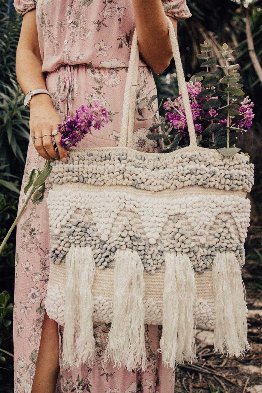 LOVESTITCHのTrudieToteジグザグストライプ・フリンジトートバッグ/海外ファッションが好きな大人カジュアルのためのLOVESTITCH(ラブステッチ)のバッグやトートバッグ。ジグザグ柄にたっぷり目のフリンジが可愛らしい大き目トートバッグ。明るめのカラーリングにロープの持ち手でマリン系の雰囲気もあり、西海岸風のカジュアル好きにはたまらないアイテムです。/main-7