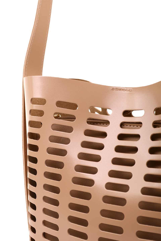 meliebiancoのMercer(Nude)ポーチ付きパテントショルダーバッグ/海外ファッション好きにオススメのインポートバッグとかばん、MelieBianco(メリービアンコ)のバッグやショルダーバッグ。艶やかなパテントビーガンレザーを使用したショルダーバッグ。艶とメッシュの涼しげなバッグです。/main-10