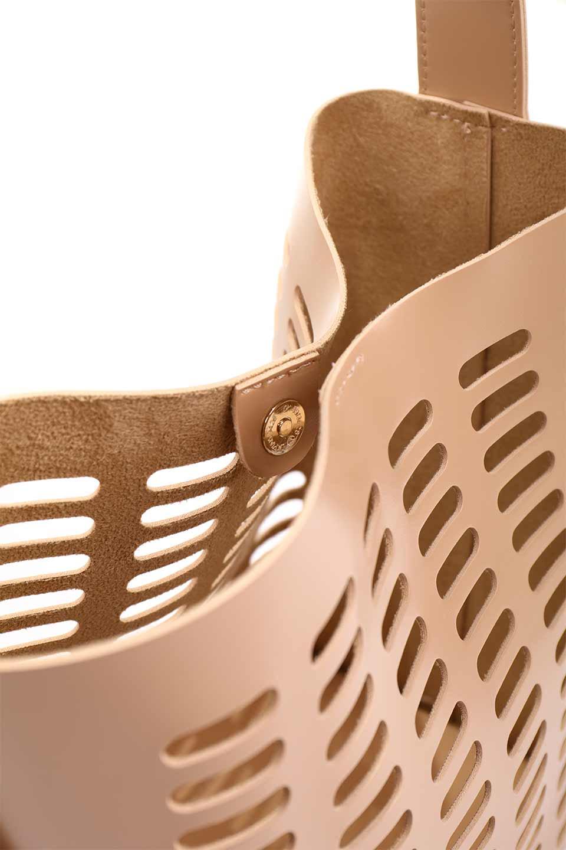 meliebiancoのMercer(Nude)ポーチ付きパテントショルダーバッグ/海外ファッション好きにオススメのインポートバッグとかばん、MelieBianco(メリービアンコ)のバッグやショルダーバッグ。艶やかなパテントビーガンレザーを使用したショルダーバッグ。艶とメッシュの涼しげなバッグです。/main-13