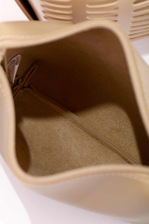 meliebiancoのMercer(Nude)ポーチ付きパテントショルダーバッグ/海外ファッション好きにオススメのインポートバッグとかばん、MelieBianco(メリービアンコ)のバッグやショルダーバッグ。艶やかなパテントビーガンレザーを使用したショルダーバッグ。艶とメッシュの涼しげなバッグです。/main-19