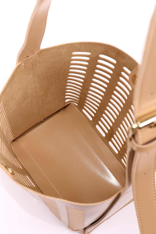 meliebiancoのMercer(Nude)ポーチ付きパテントショルダーバッグ/海外ファッション好きにオススメのインポートバッグとかばん、MelieBianco(メリービアンコ)のバッグやショルダーバッグ。艶やかなパテントビーガンレザーを使用したショルダーバッグ。艶とメッシュの涼しげなバッグです。/main-20