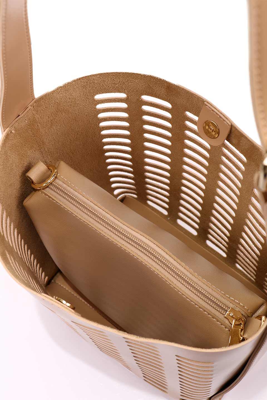 meliebiancoのMercer(Nude)ポーチ付きパテントショルダーバッグ/海外ファッション好きにオススメのインポートバッグとかばん、MelieBianco(メリービアンコ)のバッグやショルダーバッグ。艶やかなパテントビーガンレザーを使用したショルダーバッグ。艶とメッシュの涼しげなバッグです。/main-21