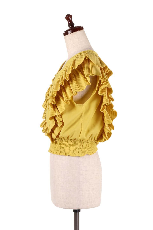 PleatedFrillingBlouseプリーツフリルブラウス大人カジュアルに最適な海外ファッションのothers(その他インポートアイテム)のトップスやシャツ・ブラウス。細かいプリーツのフリルが可愛いショート丈のブラウス。胸から肩をまたいで腰の部分までボリュームたっぷりのフリルが特徴。/main-12