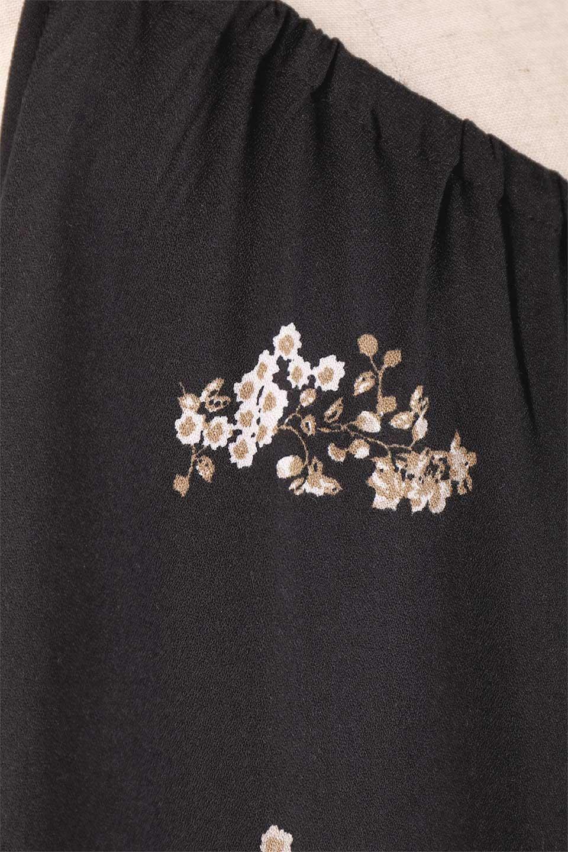LOVESTITCHのCameliaJumpsuitクロップド・ガウチョジャンプスーツ/海外ファッションが好きな大人カジュアルのためのLOVESTITCH(ラブステッチ)のボトムやロンパース類。落ち着いたイメージのシックな花柄キャミジャンプスーツ。控えめな単色の花柄のモノトーンで大人のリラックスコーデに最適。/main-16