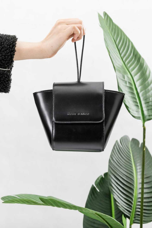 meliebiancoのAdele(Black)/海外ファッション好きにオススメのインポートバッグとかばん、MelieBianco(メリービアンコ)のバッグやショルダーバッグ。小ぶりで可愛らしいミニショルダーバッグ。半艶加工のセミグロス・ビーガンレザーを使用し、なめらかな質感が高級感を醸し出します。/main-8