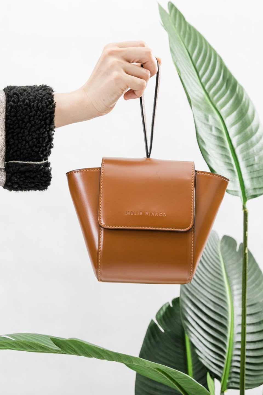 meliebiancoのAdele(Saddle)/海外ファッション好きにオススメのインポートバッグとかばん、MelieBianco(メリービアンコ)のバッグやショルダーバッグ。小ぶりで可愛らしいミニショルダーバッグ。半艶加工のセミグロス・ビーガンレザーを使用し、なめらかな質感が高級感を醸し出します。/main-5
