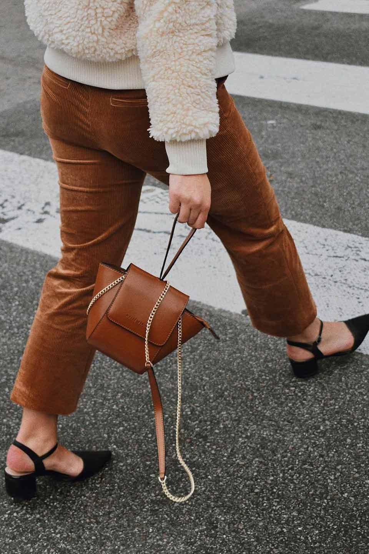 meliebiancoのAdele(Saddle)/海外ファッション好きにオススメのインポートバッグとかばん、MelieBianco(メリービアンコ)のバッグやショルダーバッグ。小ぶりで可愛らしいミニショルダーバッグ。半艶加工のセミグロス・ビーガンレザーを使用し、なめらかな質感が高級感を醸し出します。/main-6