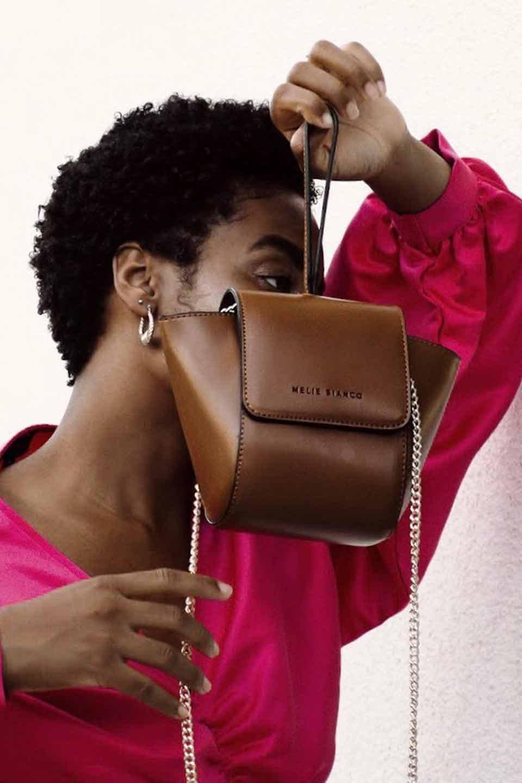meliebiancoのAdele(Saddle)/海外ファッション好きにオススメのインポートバッグとかばん、MelieBianco(メリービアンコ)のバッグやショルダーバッグ。小ぶりで可愛らしいミニショルダーバッグ。半艶加工のセミグロス・ビーガンレザーを使用し、なめらかな質感が高級感を醸し出します。/main-8