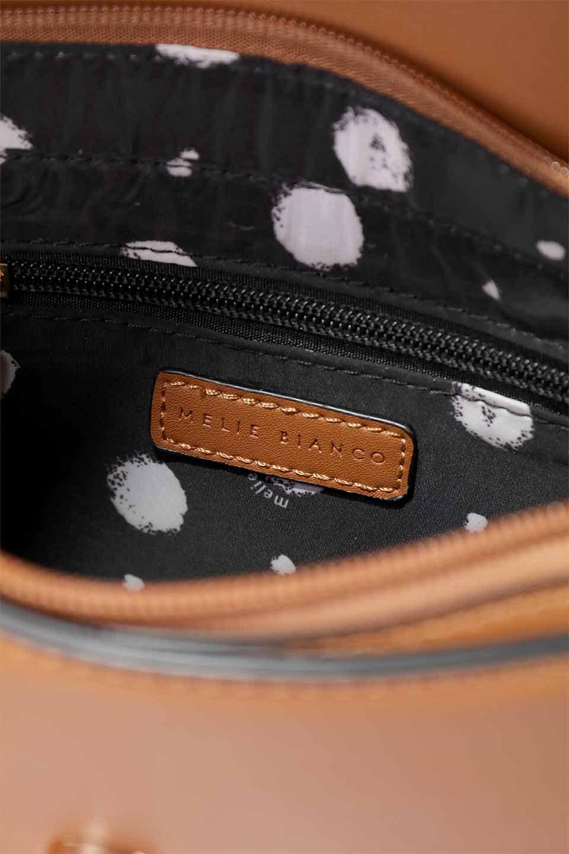 meliebiancoのPiper(Saddle)/海外ファッション好きにオススメのインポートバッグとかばん、MelieBianco(メリービアンコ)のバッグやショルダーバッグ。メリービアンコの中でも根強い人気のラウンドタイプのショルダーバッグ。芯入りのなので型くずれしにくく、綺麗なアーチを保ちます。/main-16